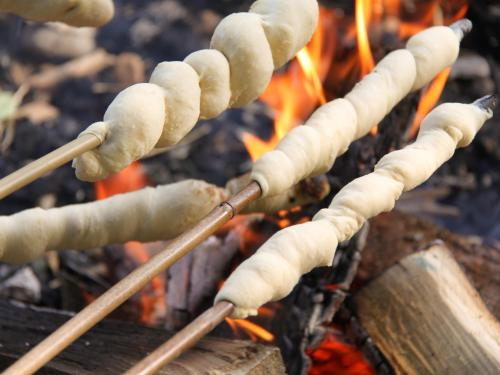 Das Stockbrotteig Thermomix Rezept für laue Abende am Lagerfeuer. Spitzenidee für Kindergeburtstage - hat super funktioniert. Wie es geht, lest ihr hier: https://www.meinesvenja.de/wp/2011/07/12/stockbrot-fuer-laue-sommerabende/