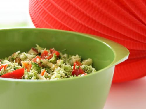 Brokkolisalat mit Pinienkernen - DER Thermomix Partysalat. Dauert zwischen 3 und 5 Sekunden. Unglablich, aber wahr. Das komplette Thermomix Rezept findet ihr hier: https://www.meinesvenja.de/wp/2011/07/07/warum-salat-bei-mir-genau-5-sekunden-dauert/