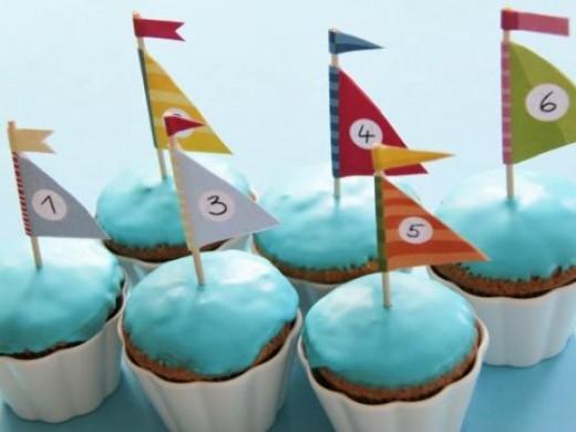 Thermomix Muffins im Segelboot Style mit Fahnen zum free Download, ausdrucken und selber basteln. Super für einen Kindergeburtstag mit Fisch- oder Meerjungfrauen Motto. https://www.meinesvenja.de/wp/2011/08/10/segelboot-muffins/