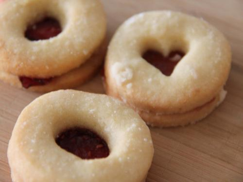 Linzeraugen. Yummie. Ein Thermomix Rezept zum verlieben und immer wieder machen. Weihnachtsbäckerei und Kekse, wie sie sein müssen. https://www.meinesvenja.de/wp/2011/12/16/ninas-kekse-sind-die-besten/