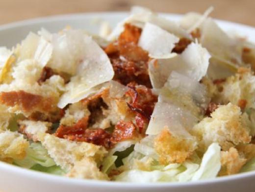 Salat_mit_warmen_Croutons_und_knusprigem_Bacon