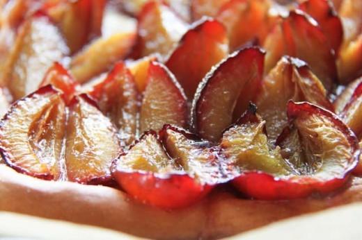 Pflaumenkuchen Rezept für Unkomplizierte. Der süße Hefeteig und die säuerlichen Pflaumen ergänzen sich fantastisch - und für die Sünde gibt es noch ein bisschen Schlagsahne obendrauf. Hier geht's lang für das Thermomix Rezept: https://www.meinesvenja.de/wp/2012/08/18/jetzt-ist-die-zeit-fur-pflaumenkuchen/