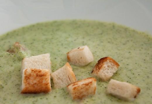 Thermomix Broccolicremesuppe. Eine Suppe für Erwachsene und Kinder - im handumdrehen gemacht und schön cemig. Coutons dazu sind superlecker. Das komplette Thermomix Rezept findet ihr auf https://www.meinesvenja.de/wp/2013/03/15/thermomix-die-broccolicremesuppe/