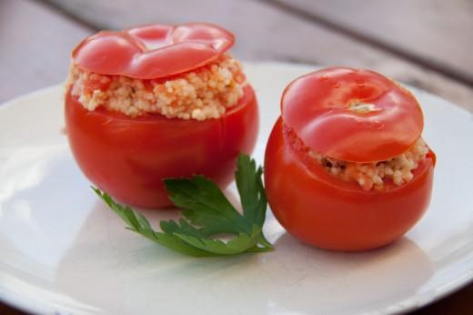 Gefüllte Tomaten mit Couscous und Schafskäse. Das komplette Thermomix Rezept aus dem Varoma für gefülltes Gemüse könnt ihr hier finden: https://www.meinesvenja.de/wp/2013/04/29/gefuellte-tomaten-mit-couscous-und-schafskaese/