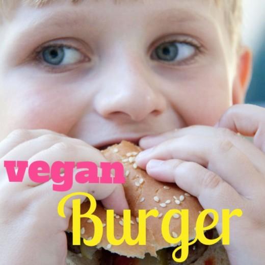 Kichererbsenburger mit gebratenen Champignons - LECKER. Das ganze Rezept und das Thermomix Rezept für die ultimative Burgersauce findet ihr hier: https://www.meinesvenja.de/wp/2013/09/18/vegane-rezepte-burger-mit-cocktailsauce/