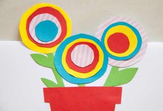 Muttertagskarte und Blumenstrauß in einem - und ihr braucht dafür nur ein bisschen buntes Papier. Mehr Ideen auf https://www.meinesvenja.de/wp/2014/05/04/muttertagskarte-basteln/