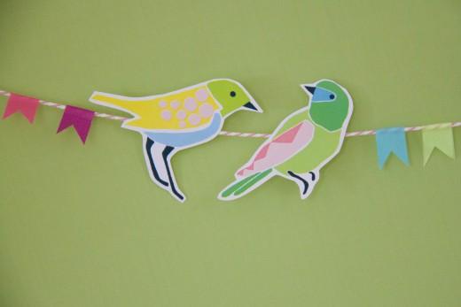 Basteln mit Papier - die kunterbunten Vögel für die Girlande könnt ihr ausdrucken. Free bird template for bird garland. Den Bastelbogen gibt es auf https://www.meinesvenja.de/wp/2015/03/31/basteln-fruehling/