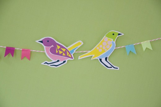 Basteln mit Papier - die kunterbunten Vögel für die Girlande gibt es als kostenlose Vorlage zum ausdrucken. Free bird template for bird garland at https://www.meinesvenja.de/wp/2015/03/31/basteln-fruehling/