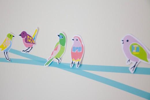 Basteln mit Papier und kunterbunten Vögeln. Den Bastelbogen zum Ausdrucken gibt es auf https://www.meinesvenja.de/wp/2015/03/31/basteln-fruehling/