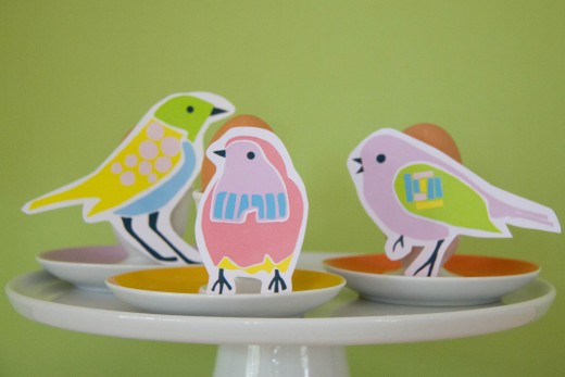 Basteln Frühling: die Vögel vom free Printable lassen sich ganz einfach mit Pritt Klebehaftis auf Eierbecher kleben - schön für den Osterbrunch. Den Bastelbogen gibt es auf https://www.meinesvenja.de/wp/2015/03/31/basteln-fruehling/