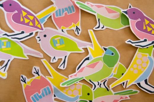 Basteln im Frühling - lass einen weißen Rand stehen, wenn Du die Vögel ausschneidest. Colourful birds printable. Die Downloads gibt es auf https://www.meinesvenja.de/wp/2015/03/31/basteln-fruehling/