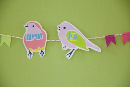 Basteln mit Papier - die kunterbunten Vögel für die Girlande gibt es als kostenlose Vorlage auf https://www.meinesvenja.de/wp/2015/03/31/basteln-fruehling/. Free bird template for bird garland.