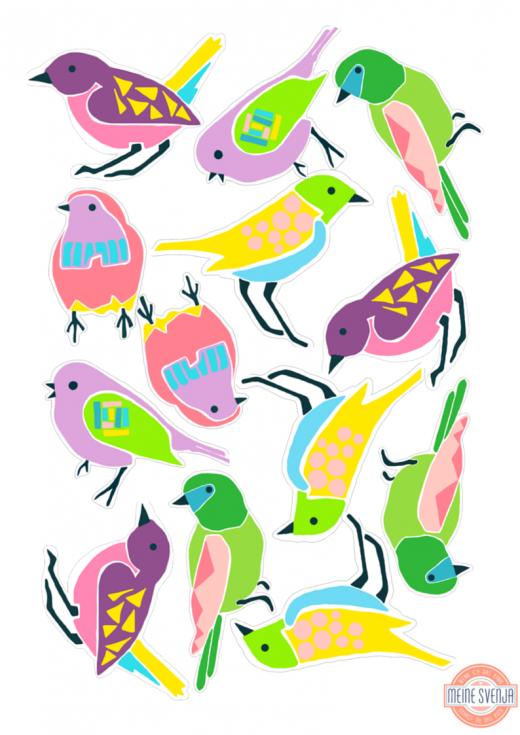 Basteln im Frühling: die kunterbunten Vögel eignen sich besonders gut für Osterdeko, Frühlingsgrüße oder als Geschenkanhänger. Den Bastelbogen zum ausdrucken gibt es auf https://www.meinesvenja.de/wp/2015/03/31/basteln-fruehling/