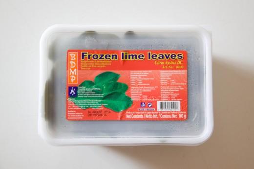 Curry Rezept wie aus dem Thai Restaurant von www.meinesvenja.de - Limettenblätter findet ihr im Kühlregal in diesen durchsichtigen Behältern.