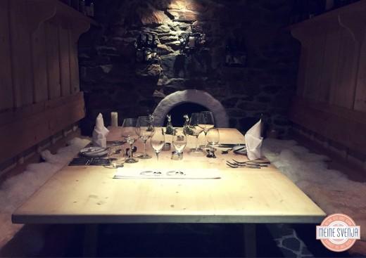 Almdorf Seinerzeit Kärnten Weinkeller Tisch mit Gläsern www.meinesvenja.de