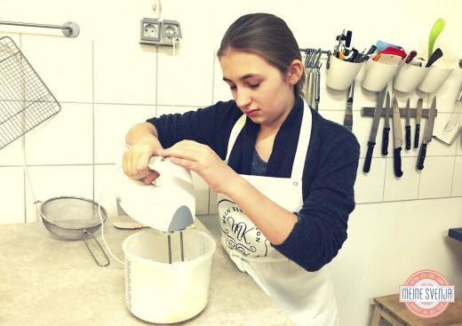 Plätzchen verzieren Mein Keksdesign München Lissy Walter mixt Teig www.meinesvenja.de
