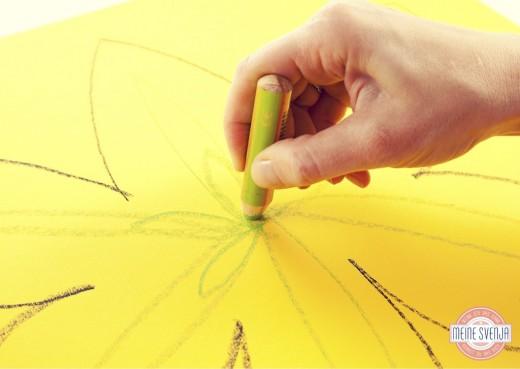 Blumen malen Basteln mit Papier Frühling Blüte innen mit grünem Stift ausfüllen www.meinesvenja.de