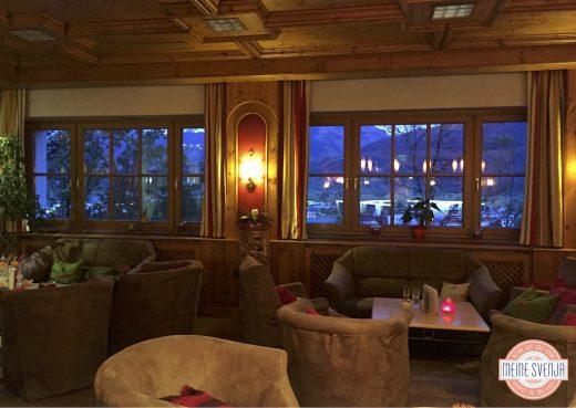 Familienurlaub Österreich Familotel Amiamo Restaurant Sessel Ausblick Berge Abendstimmung www.meinesvenja.de