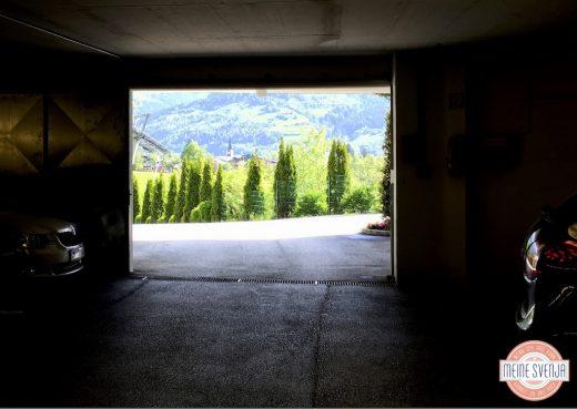 Familienurlaub Österreich Familotel Amiamo Garage Aussicht Berge Bäume www.meinesvenja.de