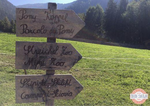 Schilder Streichelzoo Ponykoppel und Skipiste im Sonnwies Familienhotel Südtirol