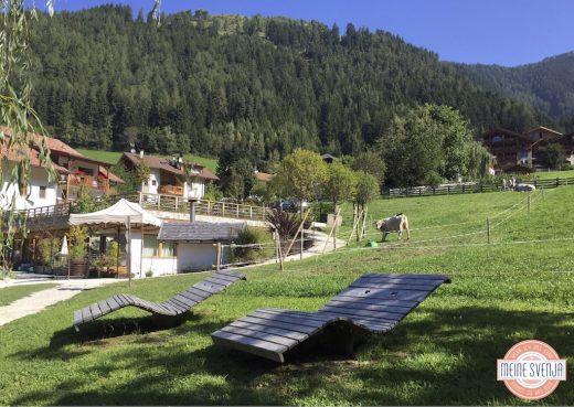 Sonnenliegen und Bergpanorama im Sonnwies Familienhotel Südtirol