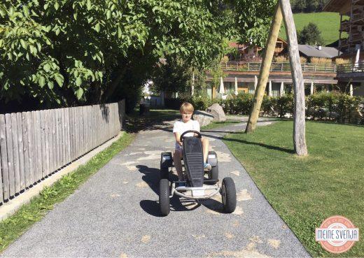 Outdoor Spielplatz im Sonnwies Familienhotel Südtirol mit Kettcar Parcour