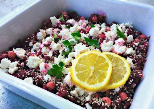 Rote Bete Salat mit Kichererbsen und Schafskäse angerichtet