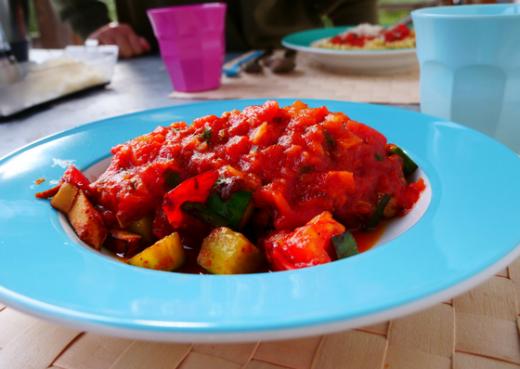 Gemüsepfanne mit Räuchertofu und Salsa de las Albóndingas