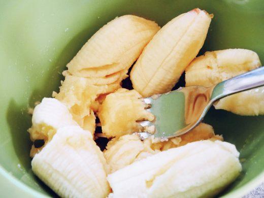 Die Bananen zerquetsche ich mit einer Gabel in einer kleineren Schüssel.