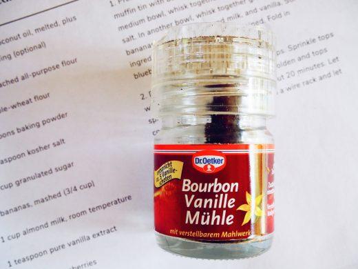 Diese Bourbon Vanille Mühle finde ich praktischer, als das Mark aus der Schote zu kratzen.