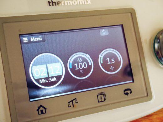 Das Kokosöl schmelze ich 2:30 bei 100 Grad auf Stufe 1,5 im Thermomix.