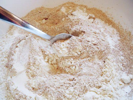 Die trockenen Zutaten für die veganen Blaubeermuffins vermenge ich in einer großen Schüssel.